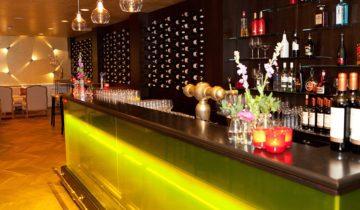 De verlichte bar van Landgoed De Wilmersberg feestlocatie in de Lutte