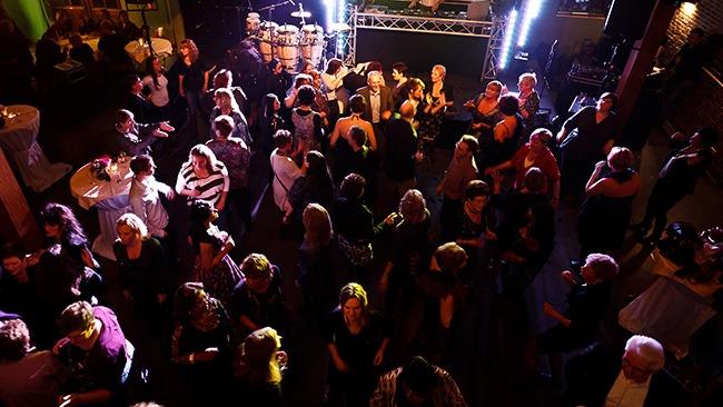 Stap na het diner met je collega's op de dansvloer van feestlocatie Mereveld in Utrecht.