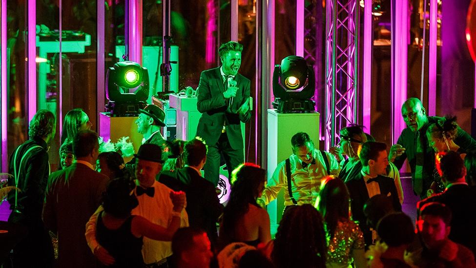 Gentleman DJ Joost zorgt voor de muziek tijdens het casinofeest personeelsfeest.