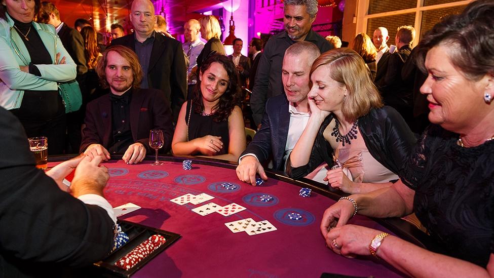 Pokertafel tijdens het casinofeest personeelsfeest