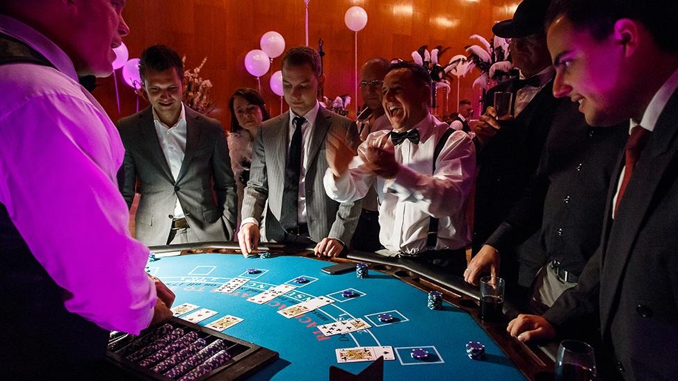 Speel poker tijdens het casinofeest personeelsfeest