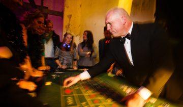 Croupier aan de roulette tafel tijdens het casinofeest themafeest