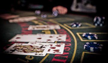 De kaarten liggen op tafel tijdens het casinofeest themafeest