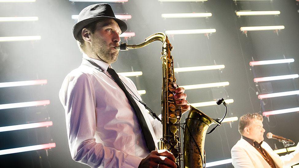Saxofoon klanken tijdens het Ibiza Strandfeest
