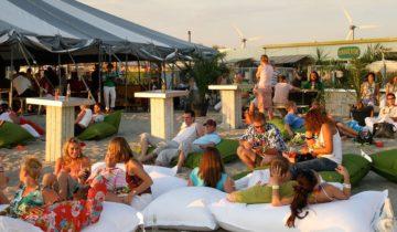 Loungen op het strand tijdens het Ibiza Strandfeest