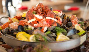 Seafood wordt geserveerd tijdens het Ibiza Strandfeest
