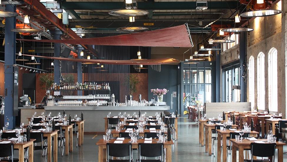 De tafels worden naar smaak ingedekt bij Stork Amsterdam