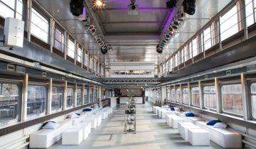 Het zicht op de zaal van de Pure-liner bij daglicht. Feestlocatie Amsterdam.