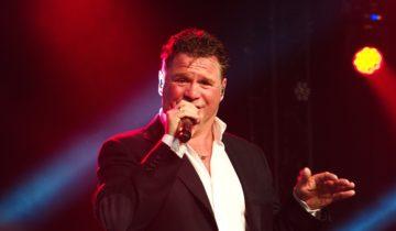 Zanger Wolter Kroes zorgt ervoor dat de hele zaal swingt tijden het Holland Fest Feestthema.