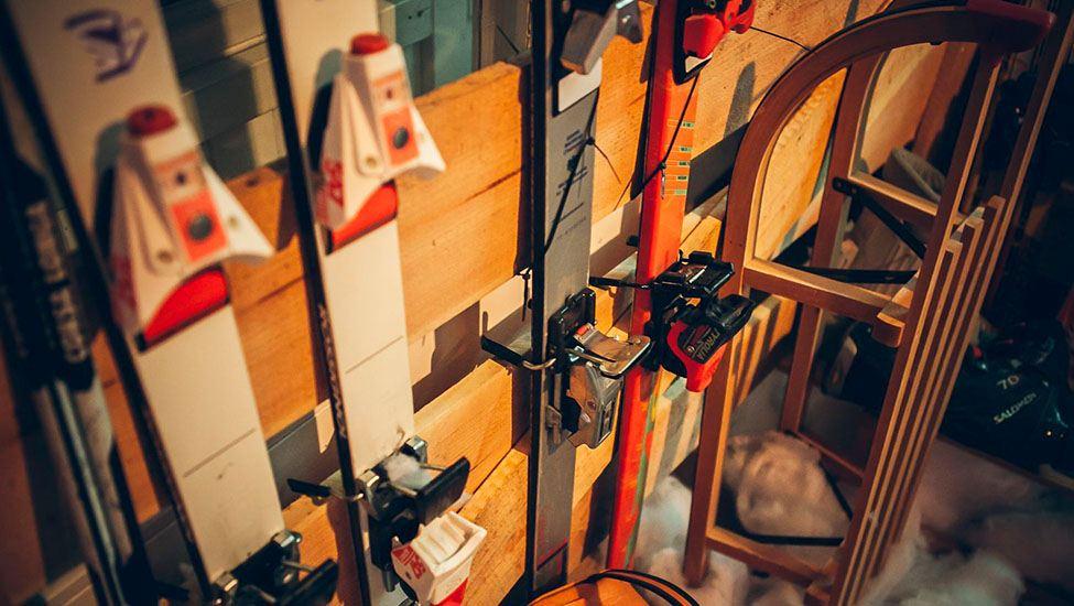 Ski's mogen niet ontbreken tijdens het Apres-ski feest personeelsfeest.