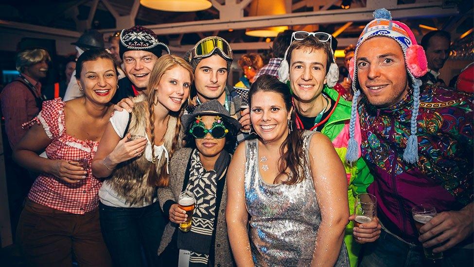 Collega's in wintersport outfit tijden het Apres-ski feest Themafeest