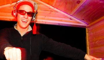 DJ zorgt voor Apres-ski hits tijdens het Apres-ski feest Themafeest