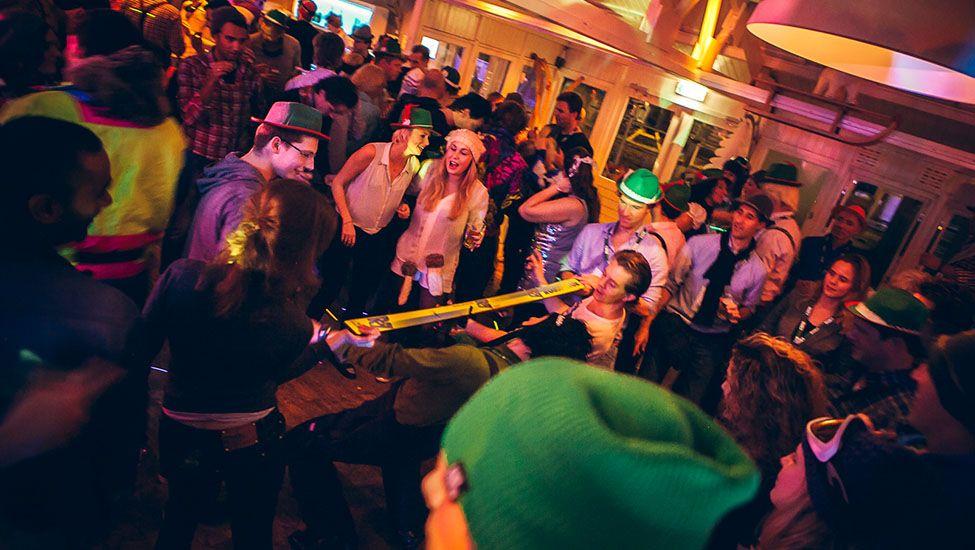 Limbo dansen onder de ski's tijdens het Apres-ski feest themafeest