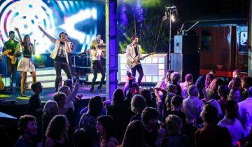 De band Heel Holland Live speelt alle Hollandse hits.