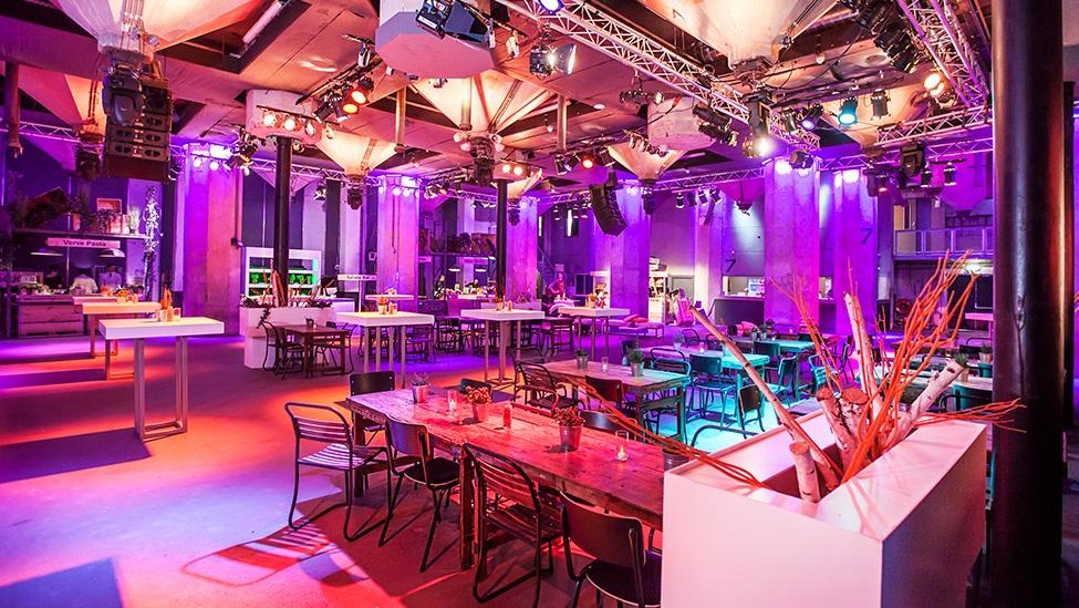 Borrelsetting in de kleine zaal van de Maassilo feestlocatie in Rotterdam.