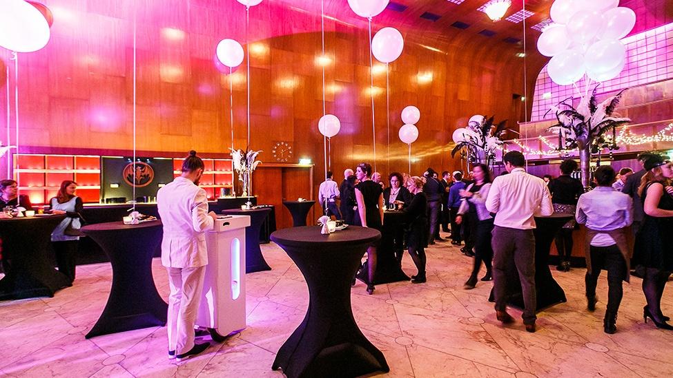 Een borrelsetting bij feestlocatie Staal in Rotterdam.