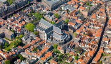 Bovenaanzicht op de Pieterskerk feestlocatie in Leiden.