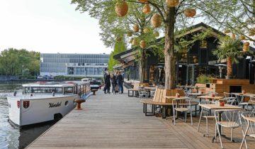 Zicht op het water bij Strandzuid feestlocatie in Amstedam.
