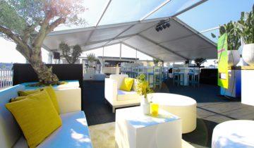 De lounge op het buitendek van feestlocatie oceandiva original in Amsterdam.