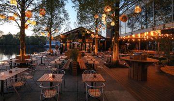 Het terras in de avond van Strandzuid feestlocatie in Amsterdam.