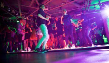 Collega's dansen bij Level Eleven feestlocatie Amsterdam.