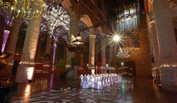 Diner met collega's bij feestlocatie Pieterskerk in Leiden.