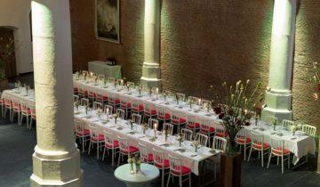 Tafels gedekt in rood bij de st. olofskapel feestlocatie Amsterdam.