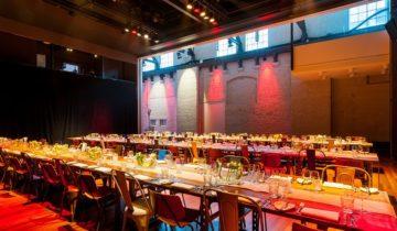 Een mooi gedekte tafel voor een diner bij de westergasfabriek feestlocatie Amsterdam.