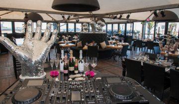 De DJ Booth staat klaar voor jullie personeelsfeest bij strandclub Wij in Den Haag.