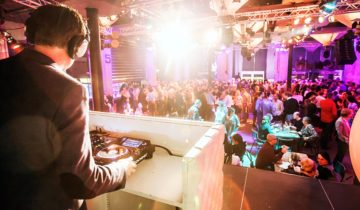 DJ draait muziek bij feestlocatie Maassilo in Rottedam.