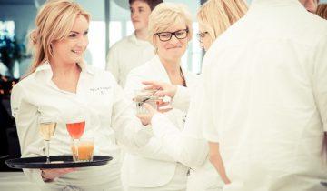 Drankjes worden geserveerd tijdens het Ibiza Strandfeest