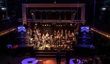 Entertainment op het podium van de theaterzaal bij Panama feestlocatie in Amsterdam.