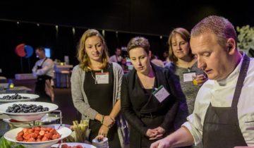 Een walking diner hoort tot de mogelijkheden bij feestlocatie NBC Congrescentrum in Nieuwegein.