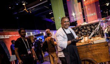 Een kok zorgt voor lekker eten bij het NBC Congrescentrum in Nieuwegein.