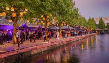Feest op het terras van strandzuid feestlocatie Amsterdam.