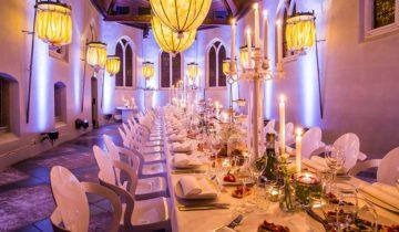 Gedekte tafels feestlocatie klooster Bethlehem.