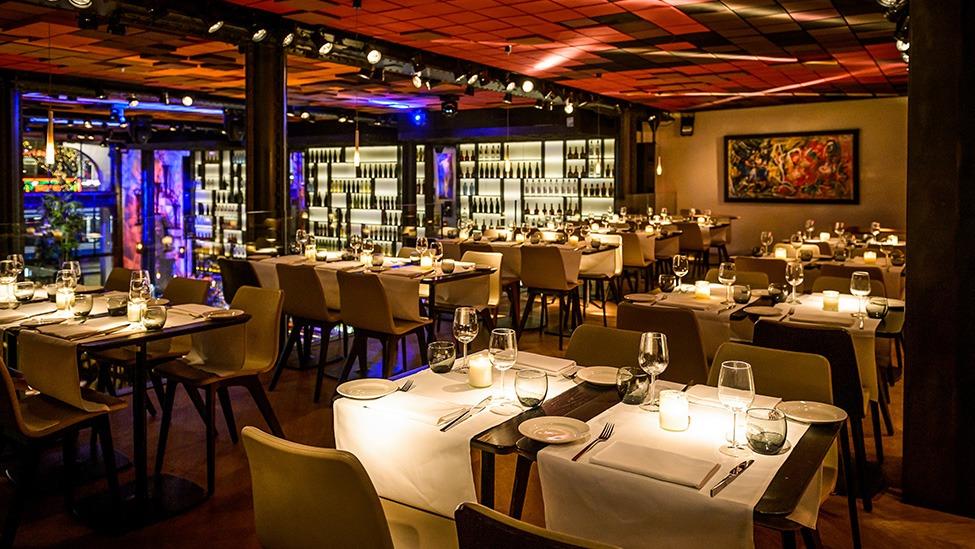 De tafels kunnen geheel in stijl worden gedekt voor een feestelijk diner bij Kitchen & Bar Van Rijn in Amsterdam. Fotografie door Klijn Fotografie.