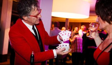 Met speciale trucs steelt de goochelaar op de vloer de show tijdens het kasteelfeest