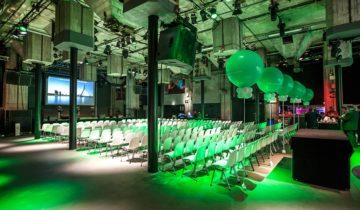 Plenaire setting in de grote zaal van feestlocatie Maassilo in Rotterdam.