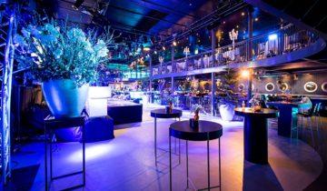 Zicht op de grote zaal van de varende feestlocatie oceandiva original in Amsterdam.