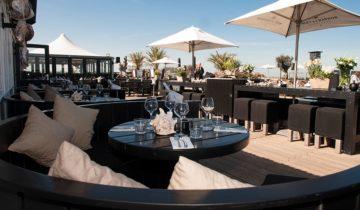 Op het terras van beachclub Wij in Scheveningen kun je heerlijk loungen.
