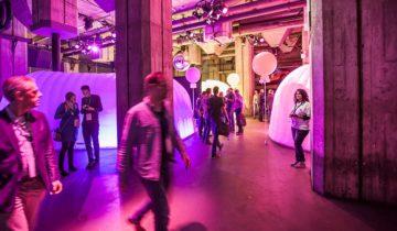 Doorloop van de middenzaal bij feestlocatie Maassilo in Rotterdam.