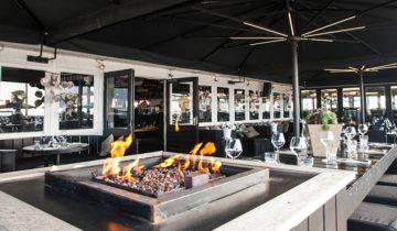 Er zijn verschillende open haarden bij feestlocatie beachclub Wij die zorgen voor en intieme sfeer.
