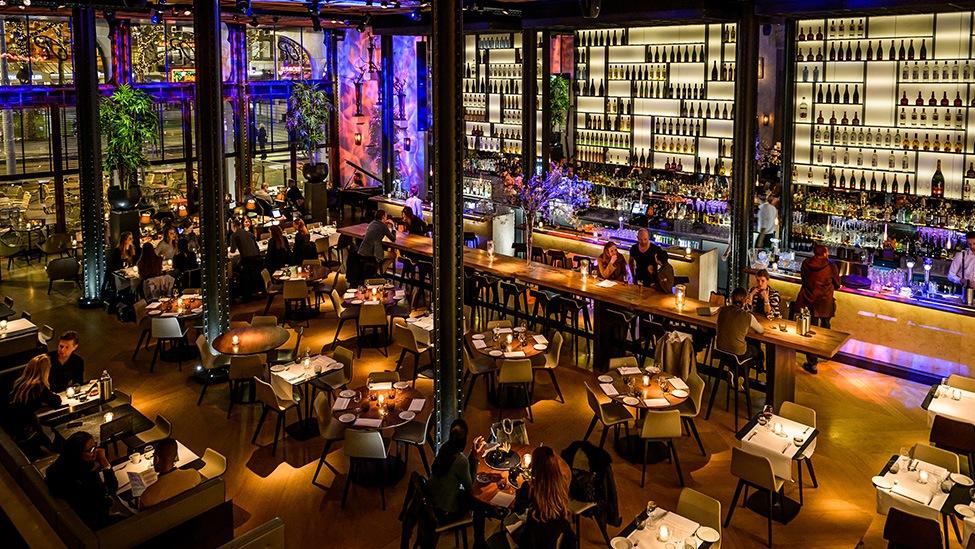 Overzicht op de bar bij feestlocatie Kitchen & Bar Van Rijn in Amsterdam. Fotografie door Klijn Fotografie.