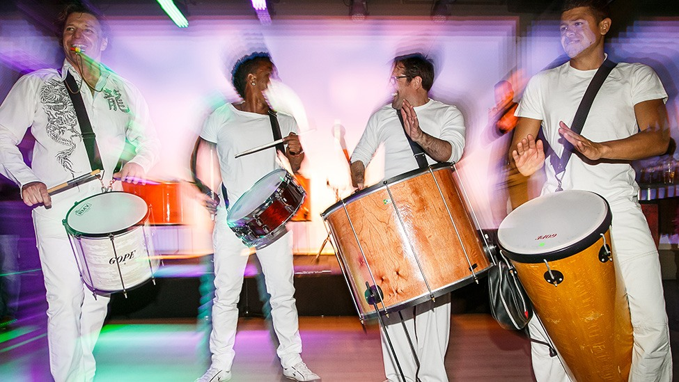 Percussieband zorgt voor muziek tijdens het Ibiza Strandfeest