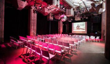 Plenaire setting in de Middenzaal van feestlocatie Maassilo in Rotterdam.