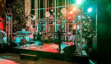 Podium in de feestzaal van Staal Rotterdam voor entertainment.