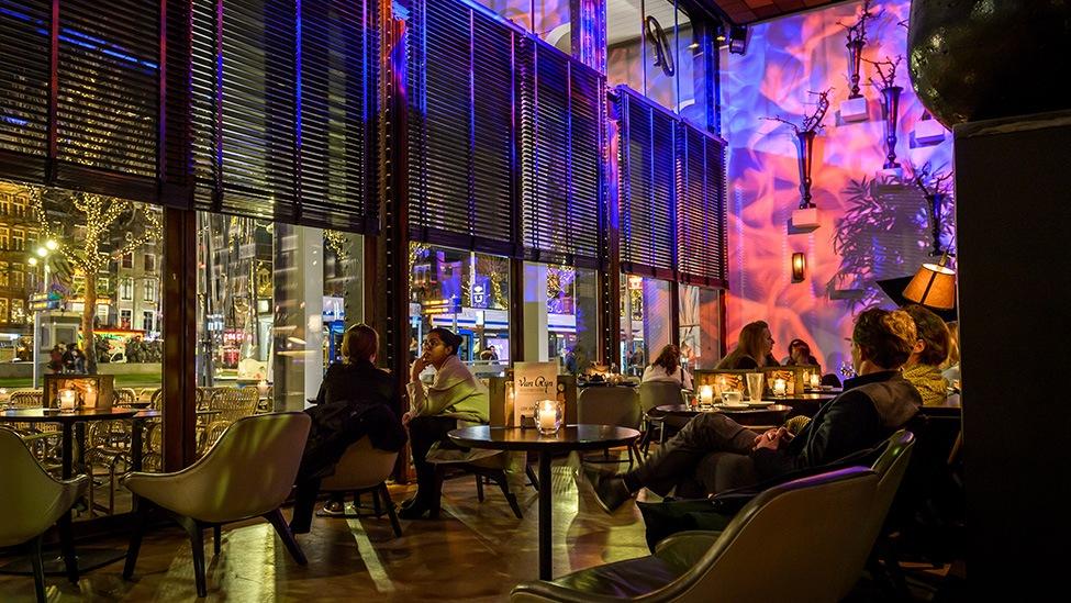 Uitzicht op het Rembrandtplein vanaf Kitchen & Bar Van Rijn feestlocatie in Amsterdam. Fotografie door Klijn Fotografie.