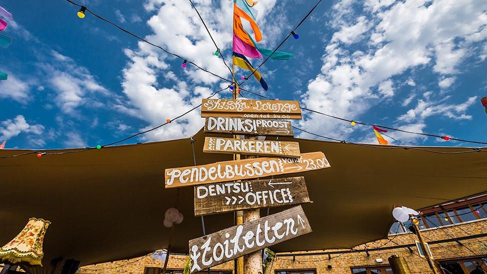 Ibiza Style wegwijzers op het Ibiza Strandfeest