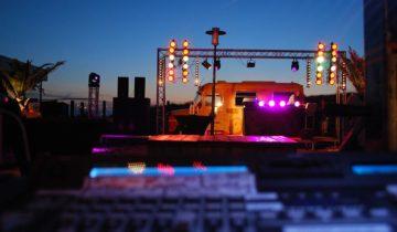 Buiten bij feestlocatie Nederzandt in Noordwijk kun je goed in zomerse sferen feesten